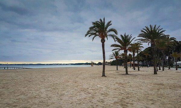 Was gibt es an der Strandpromenade von Alcudia?