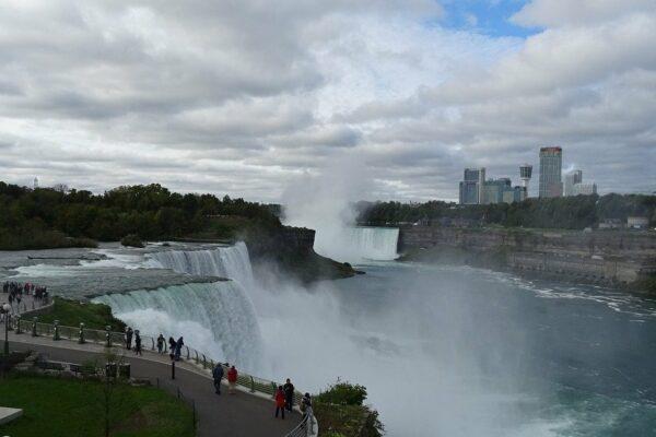 Woher haben die Niagarafälle ihren Namen?
